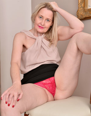 Mature babe Emma Turner