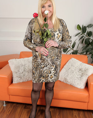 Curvy new model Venuse loves flowers