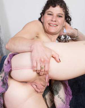 Curvy 35 year old Amber S from AllOver30 worshipping her sexy feet