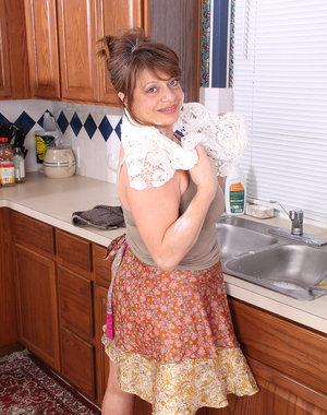 48 year old Penny Beavers gets herself wet on the kitchen counter