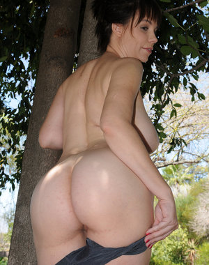 Kelly Capone breaks from practicing golf to get naked in the backyard