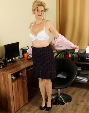 43 year old office MILF Katriss from AllOver30 taking a nude break