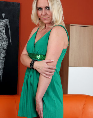 Blonde MILF Shawnee enjoys a long blue double headed toy in here